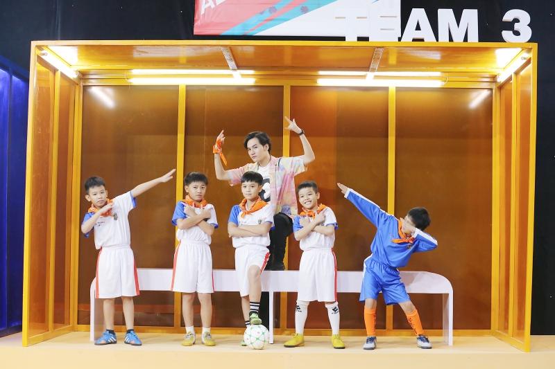 Điển trai như S.T Sơn Thạch: Đi huấn luyện bóng đá mà cứ ngỡ như đang chuẩn bị diễn concert đến nơi - Ảnh 8