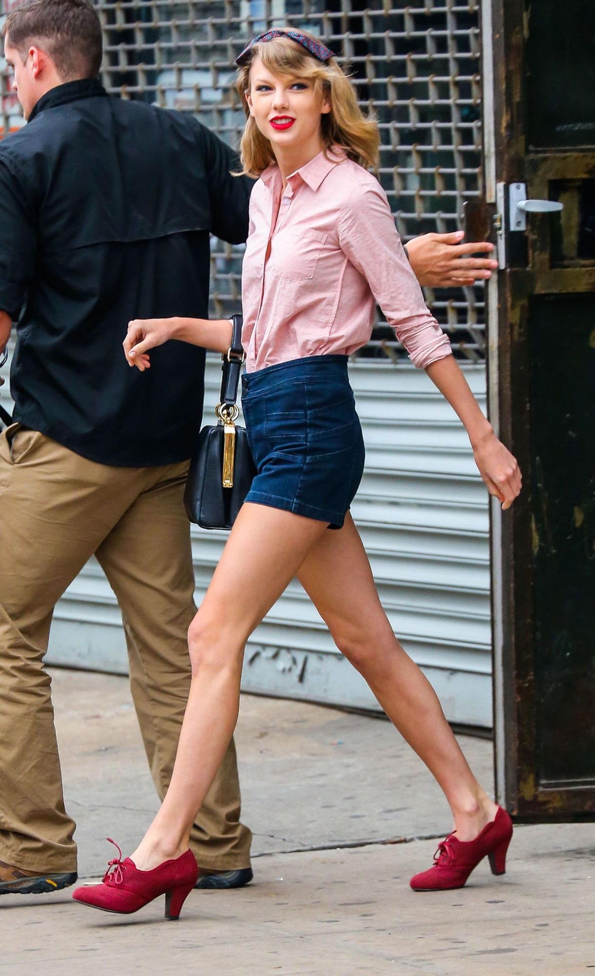 Taylor Swift xuống phố là lên đồ sang - xịn - mịn, và cùng chiêm ngưỡng loạt outfit mãn nhãn của 'Rắn Chúa' - Ảnh 11