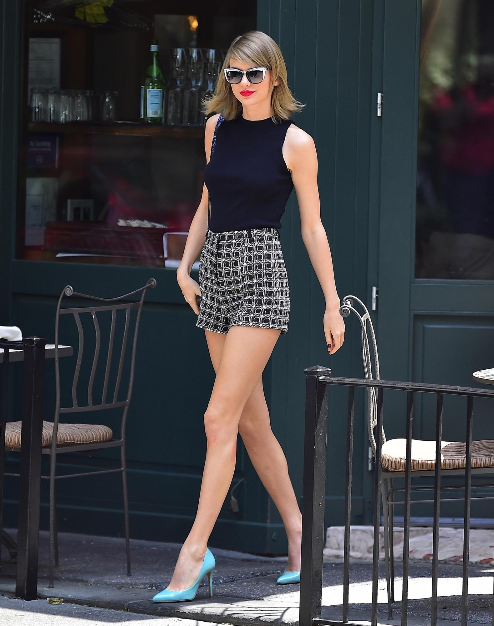 Taylor Swift xuống phố là lên đồ sang - xịn - mịn, và cùng chiêm ngưỡng loạt outfit mãn nhãn của 'Rắn Chúa' - Ảnh 12