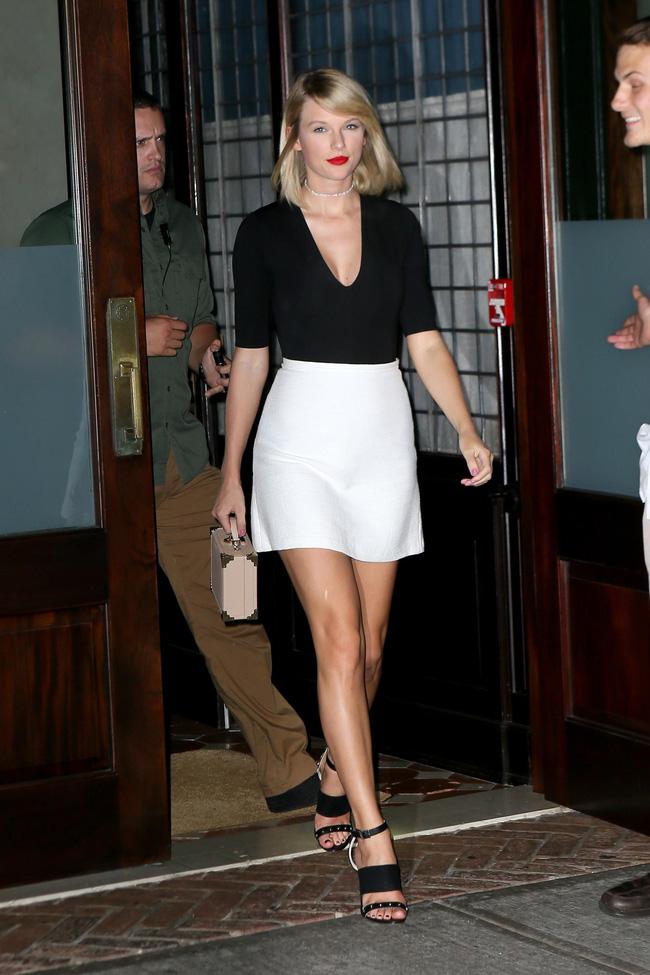 Taylor Swift xuống phố là lên đồ sang - xịn - mịn, và cùng chiêm ngưỡng loạt outfit mãn nhãn của 'Rắn Chúa' - Ảnh 8