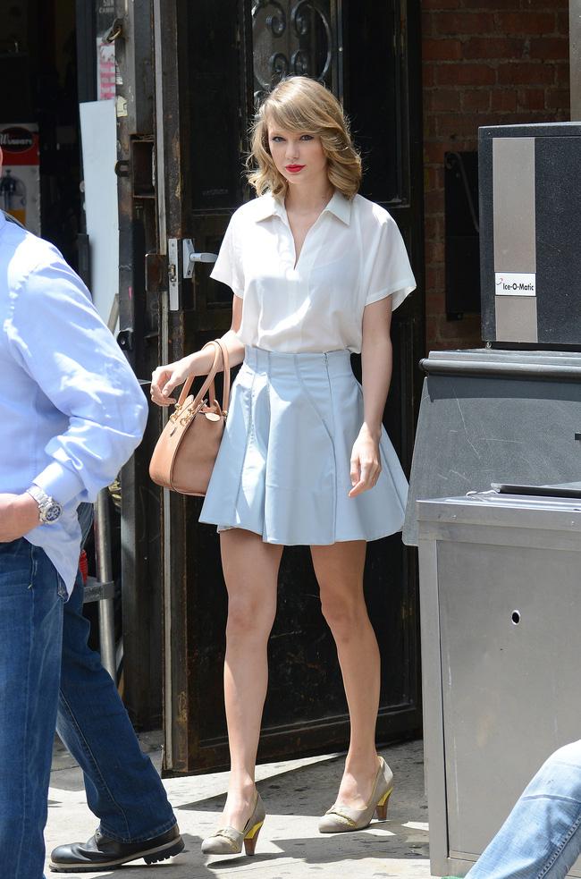Taylor Swift xuống phố là lên đồ sang - xịn - mịn, và cùng chiêm ngưỡng loạt outfit mãn nhãn của 'Rắn Chúa' - Ảnh 9