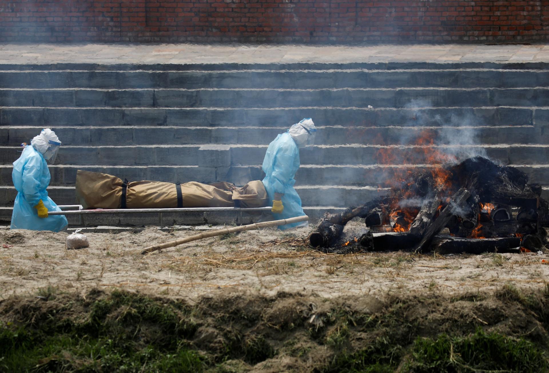 Sau Ấn Độ, nhà hỏa táng ở Nepal cũng hết chỗ, phải thiêu người chết vì Covid-19 ngoài trời: 'Tình hình thật sự đáng sợ, cả trẻ em và thanh niên cũng lâm vào tình trạng nguy kịch' - Ảnh 3