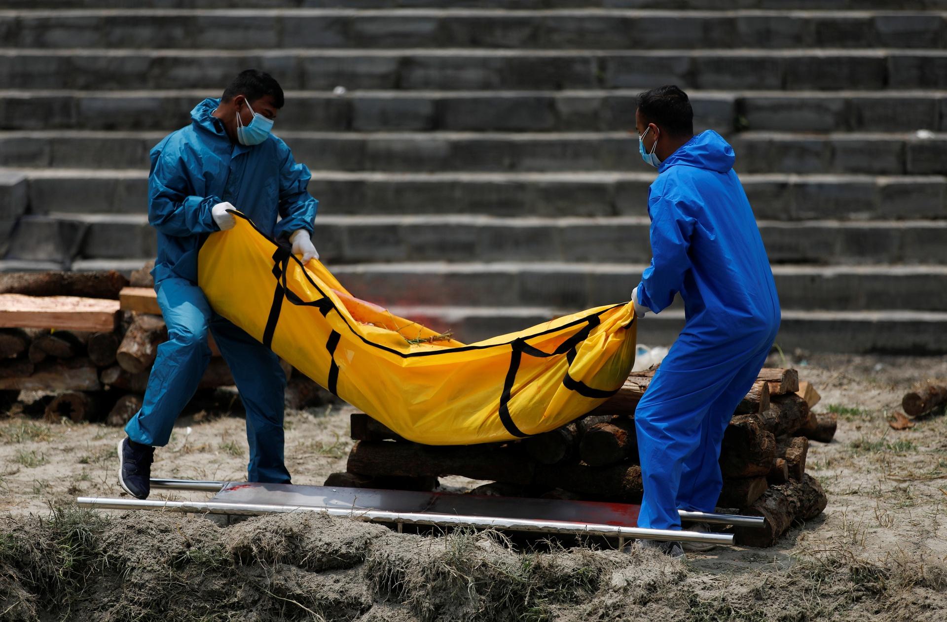 Sau Ấn Độ, nhà hỏa táng ở Nepal cũng hết chỗ, phải thiêu người chết vì Covid-19 ngoài trời: 'Tình hình thật sự đáng sợ, cả trẻ em và thanh niên cũng lâm vào tình trạng nguy kịch' - Ảnh 1