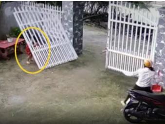 Người mẹ thót tim chứng kiến cổng sắt bất ngờ đổ sập, đè trúng 2 bé gái