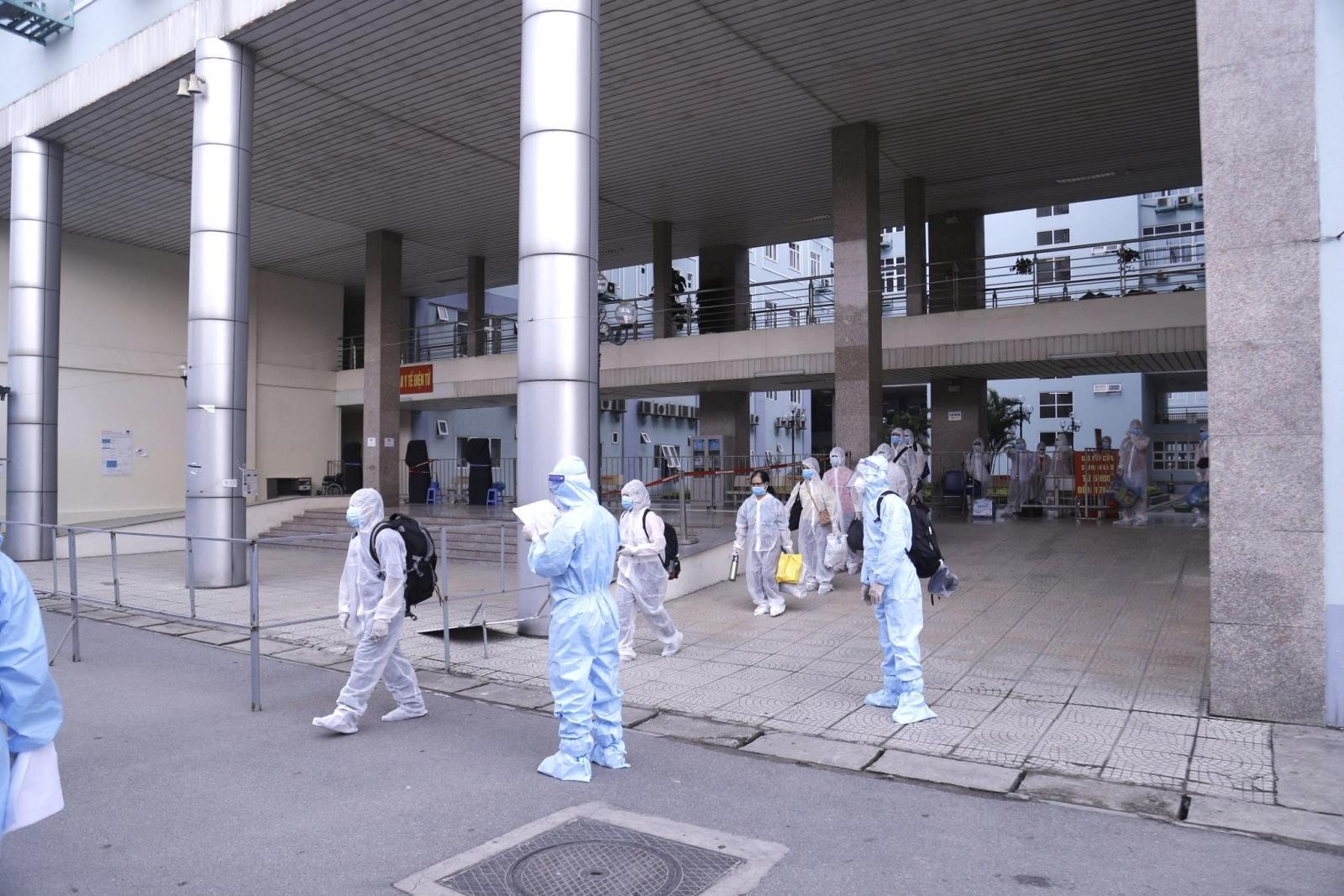 500 người bệnh và người nhà ở bệnh viện K di chuyển đến khu cách ly tập trung để phòng dịch Covid-19