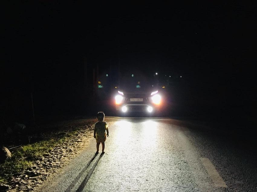 Bình Định: Bố mẹ ngủ không đóng cửa, con 2 tuổi dậy đi lang thang lúc 1h sáng, may mắn gặp tài xế tốt bụng đi ngang qua
