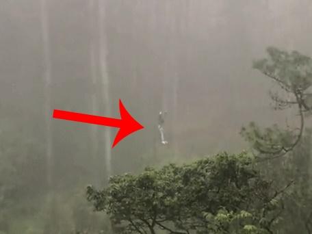 Gặp sự cố khi chơi zipline ở Đà Lạt, một du khách bị treo lơ lửng giữa trời 'mưa như trút nước'