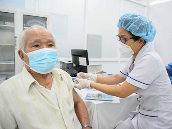 Người cao tuổi tiêm vaccine phòng Covid-19: Những vấn đề sức khỏe cần lưu ý đặc biệt