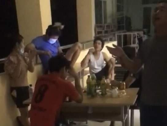 Tụ tập hát hò 'liên hoan' mừng hết cách ly, nhóm người ở Quảng Trị bị xử phạt hành chính, chưa được phép rời khỏi khu cách ly tập trung