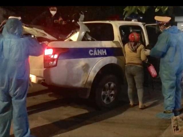 Chở mẹ đi chạy thận, trên đường về bị thủng lốp xe, hai mẹ con được CSGT TP.HCM đưa về quê ngay trong đêm bằng xe ô tô đặc chủng