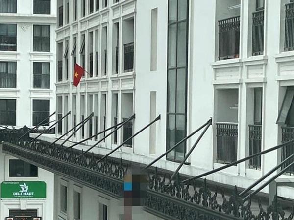 Hà Nội: Phát hiện thi thể nam thanh niên vắt vẻo trên lan can