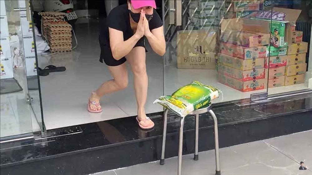 Việt Hương gọi Tiết Cương sang nhà nhận lương thực nhưng hành động của anh khiến nữ nghệ sĩ chỉ biết chắp tay lạy - Ảnh 3