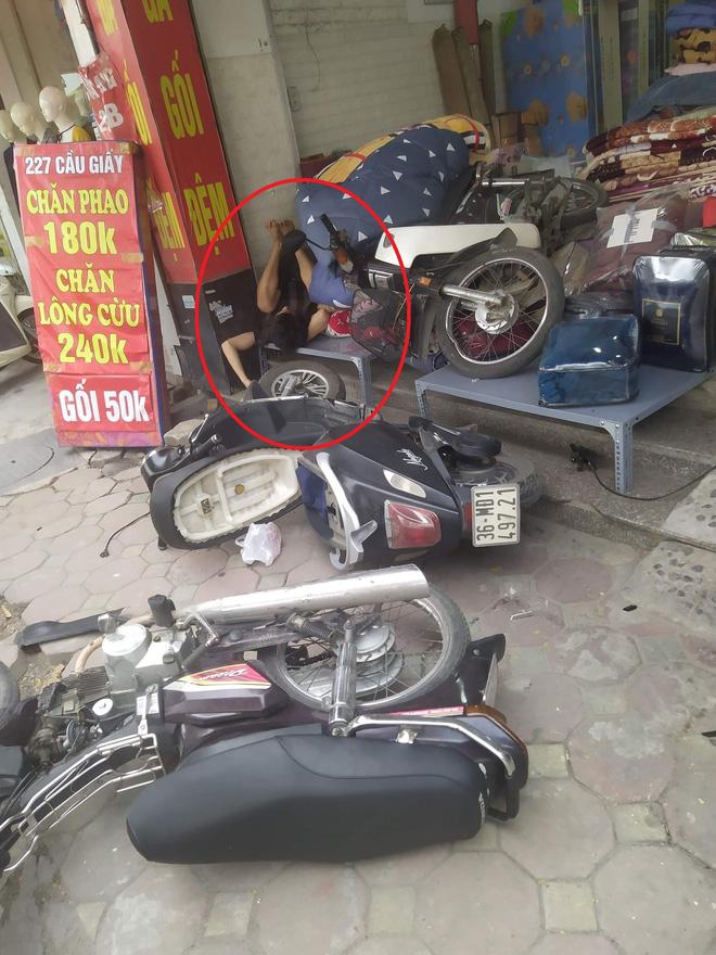 Chạy xe máy lao thẳng vào cửa hàng bên đường, chàng trai nằm ngủ luôn tại chỗ bất chấp mọi tiếng ồn - Ảnh 1