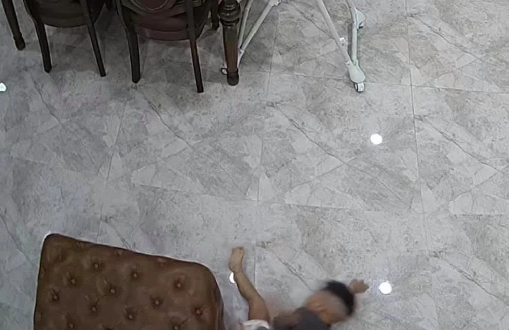 Con trai bị ngã và phản ứng bất ngờ của Hòa Minzy - Ảnh 2