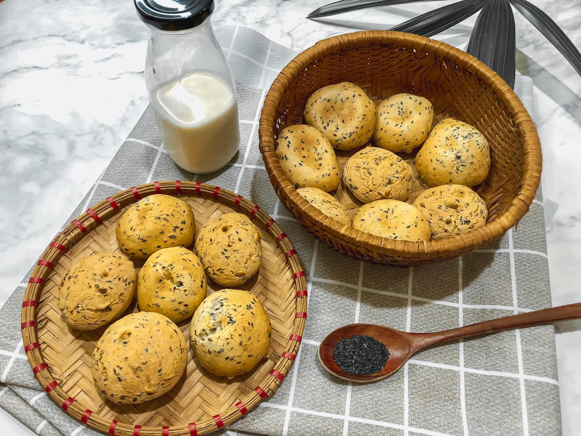 'Chị đẹp' chia sẻ bí quyết làm bánh mì mè đen Hàn Quốc bằng nồi chiên không dầu cực đơn giản - Ảnh 1