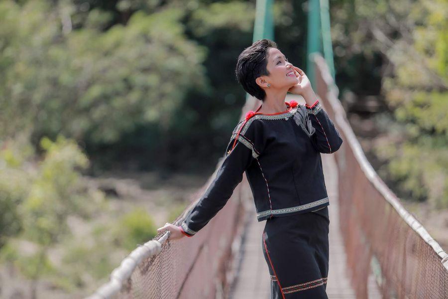 Sao Việt 24h: Hoa hậu H'hen Niê rạng ngời trong bộ trang phục của người đồng bào Ê - đê, Đông Nhi khoe quà 'độc' - Ảnh 3