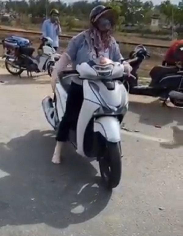 Người phụ nữ náo loạn, đòi thông chốt kiểm soát dịch ở Đà Nẵng, giở giọng 'mẹ thiên hạ': 'Đụng tới tao là hết giờ' - Ảnh 1