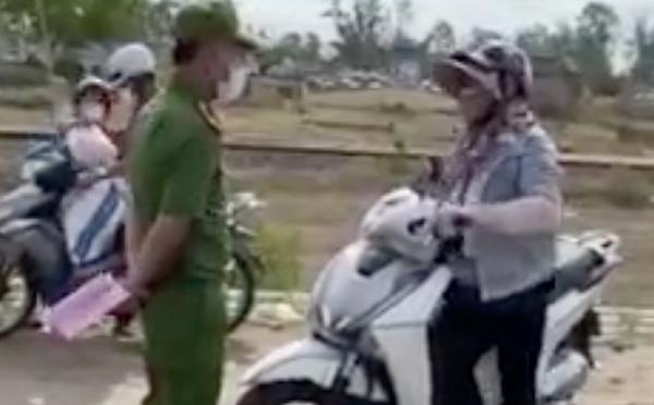 Người phụ nữ náo loạn, đòi thông chốt kiểm soát dịch ở Đà Nẵng, giở giọng 'mẹ thiên hạ': 'Đụng tới tao là hết giờ' - Ảnh 2
