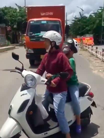 Người phụ nữ náo loạn, đòi thông chốt kiểm soát dịch ở Đà Nẵng, giở giọng 'mẹ thiên hạ': 'Đụng tới tao là hết giờ' - Ảnh 3