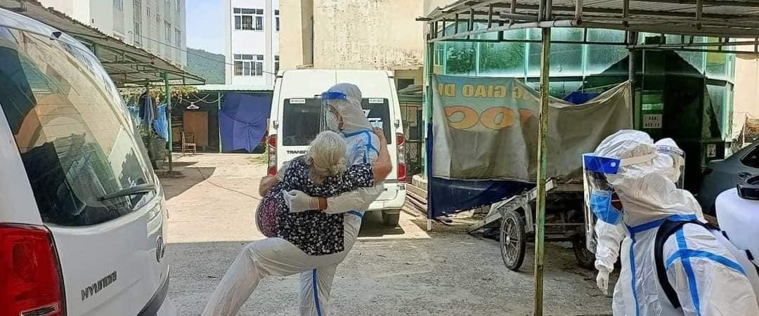 Thương cụ bà F0 già yếu tóc bạc, anh lính biên phòng bế từ tầng 4 ra tận xe đi điều trị: 'Má đừng ngại, cứ ôm lấy con' - Ảnh 2