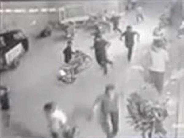 Clip: 16 phạm nhân Ấn Độ vượt ngục thành công sau khi đổ bột ớt vào cai ngục