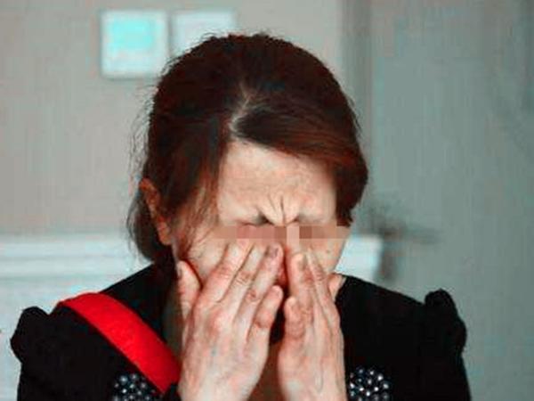 Cụ ông 70 tuổi quỳ gối cầu xin con gái bán nhà cứu mẹ nhưng lại nhận được câu trả lời bất ngờ