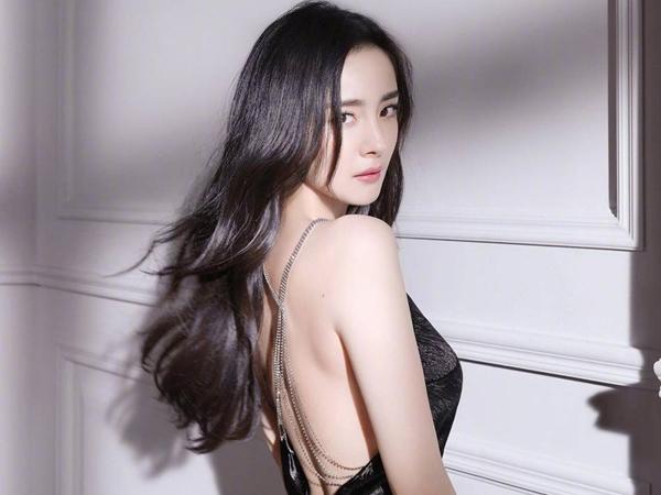 Body mẹ bỉm sữa hot nhất xứ Trung gọi tên Dương Mịch: Ngực nở, eo thon, thân hình đồng hồ cát chuẩn 'gái 20' khiến fan rần rần đổ gục