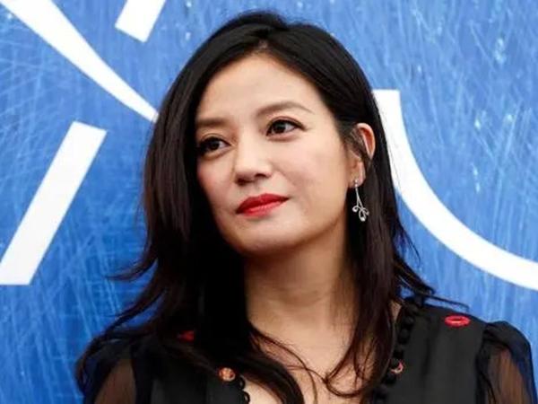 Hết Trịnh Sảng bị cơ quan thuế điều tra đến lượt Triệu Vy bị đóng băng hàng triệu cổ phần
