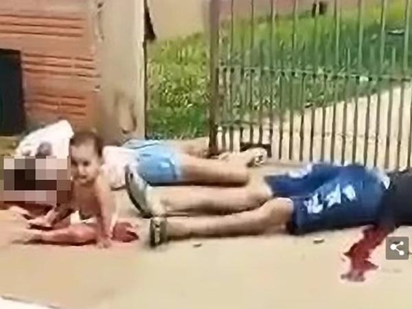 Kinh hoàng: Cậu bé 10 tháng tuổi ngồi khóc bên vũng máu khi chứng kiến cảnh bố mẹ chết thảm