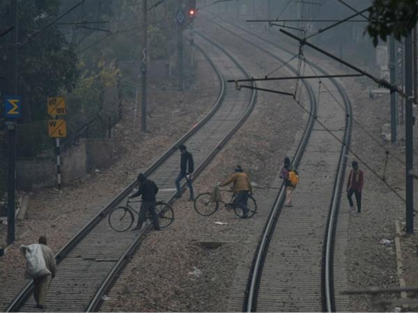 Nghi nhiễm COVID-19 nhà báo Ấn Độ nhảy xuống đường ray tự sát vì lo sợ không có oxy và thuốc men điều trị