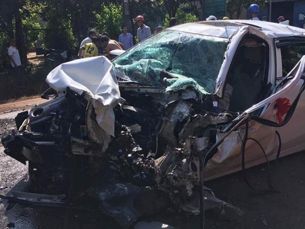 Bình Phước: Xe rước dâu tông trực diện xe tải trong ngày 20/10, 2 người nguy kịch