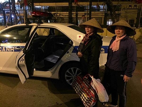 2 mẹ con được CSGT Hà Nội đưa về quê kịp đón Giao thừa