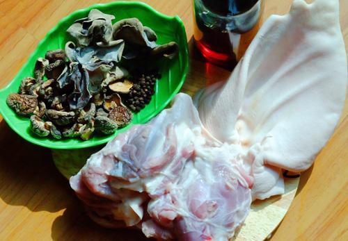 Chọn nguyên liệu để làm món thịt nấu đông từ tai heo