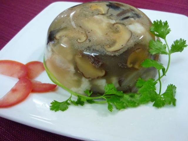 Món thịt nấu đông từ tai heo trong thật hấp dẫn