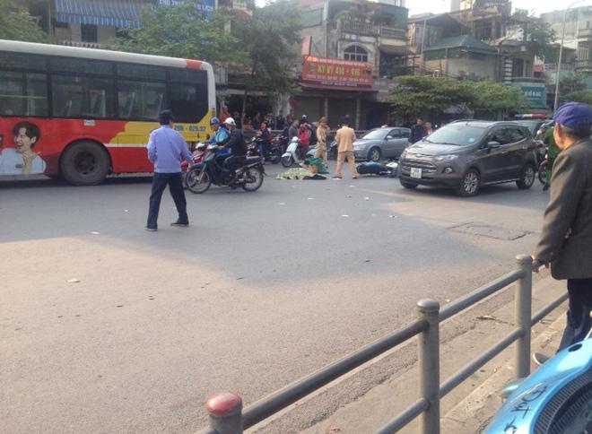 Hà Nội: Ngã xuống đường sau va chạm giao thông, người đàn ông bị xe buýt cán tử vong - Ảnh 1
