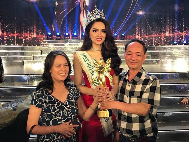 Không ngờ Hoa hậu Hương Giang lại phản ứng thế này khi được nghệ sĩ Trung Dân chúc mừng - Ảnh 1