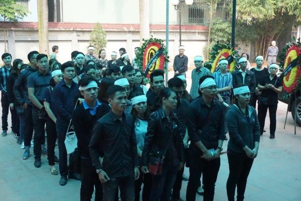 Nhiều sinh viên bật khóc trong đám tang bà chủ trọ 'tốt bụng nhất Hà Nội' - Ảnh 3