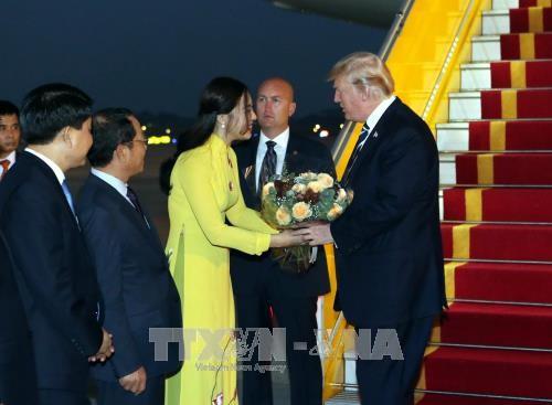 Dân mạng sốt sắng tìm danh tính cô gái tặng hoa cho Tổng thống Mỹ Donald Trump - Ảnh 1