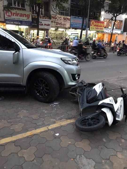 TP.HCM: Sau va chạm giao thông, nhóm thanh niên cầm hung khí đuổi chém ô tô kinh hoàng trên đường phố - Ảnh 1