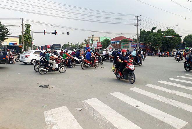 Bình Dương: Vi phạm giao thông, tài xế ô tô túm áo rồi dùng ghế đánh chiến sĩ CSGT - Ảnh 1