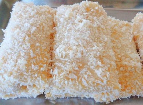 Lăn chả giò hải sản qua bột chiên xù để món chả giò sau khi rán có vị ngon nhất