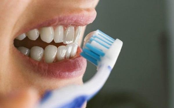 Súc miệng với oxy già theo cách này, mảng bám tự động bong ra hết sạch, cao răng cả năm không cần đi lấy nếu làm đều đặn 1 lần/tuần - Ảnh 4