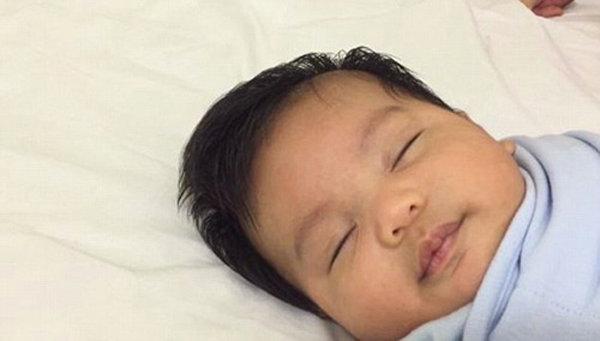 Cách dỗ trẻ sơ sinh nín khóc, ngủ ngon trong giây lát bằng tiếng nước chảy, vuốt dọc sống mũi - Ảnh 2
