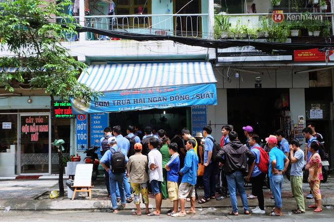Chủ nhiệm quán cơm 2.000 đồng ở Sài Gòn: 'Sinh viên bất kể giàu nghèo đều được chào đón tại quán của chúng tôi' - Ảnh 1
