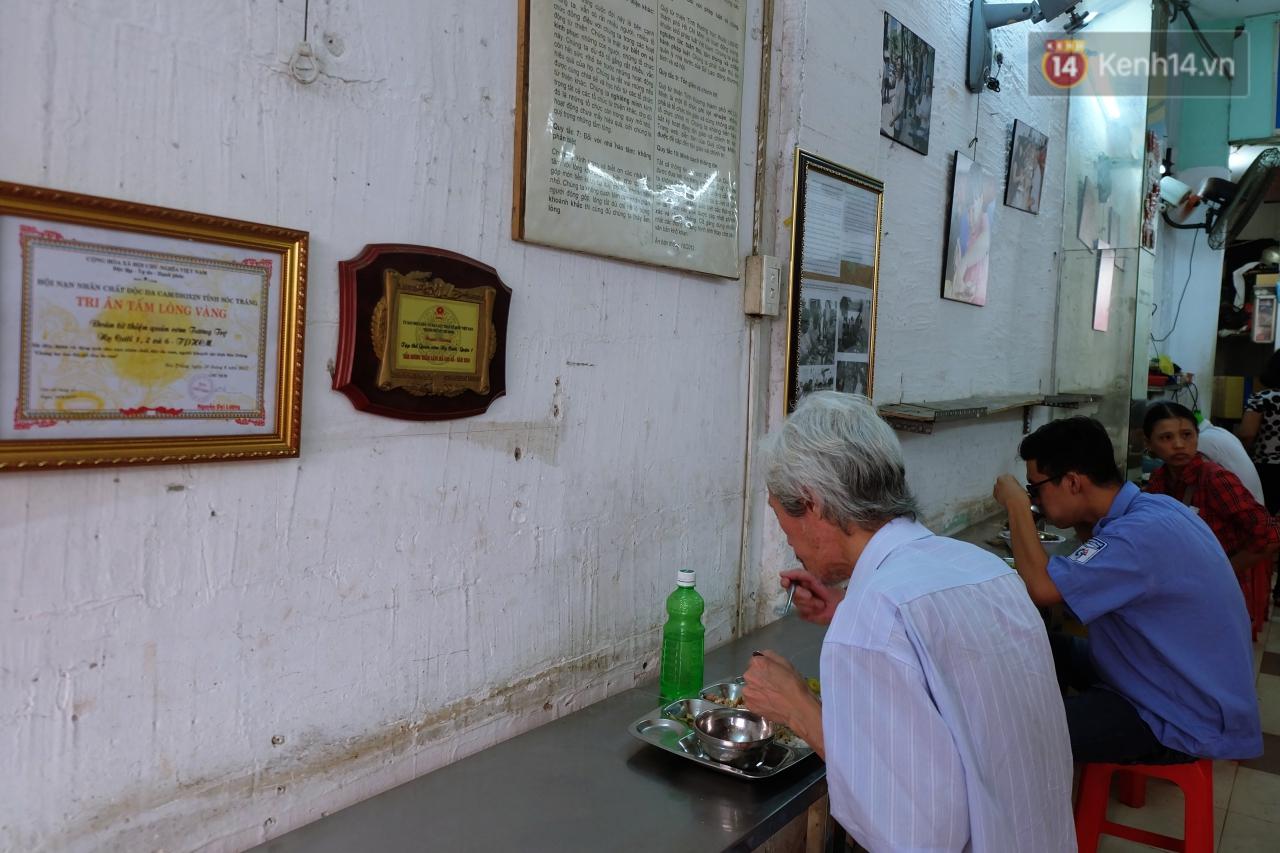 Chủ nhiệm quán cơm 2.000 đồng ở Sài Gòn: 'Sinh viên bất kể giàu nghèo đều được chào đón tại quán của chúng tôi' - Ảnh 2