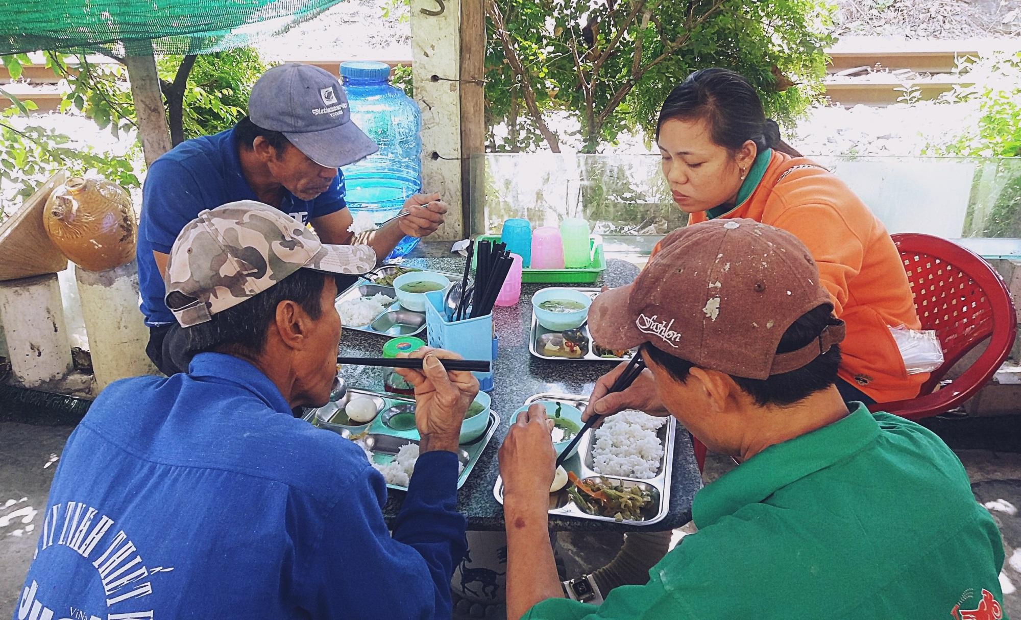 Chủ nhiệm quán cơm 2.000 đồng ở Sài Gòn: 'Sinh viên bất kể giàu nghèo đều được chào đón tại quán của chúng tôi' - Ảnh 11