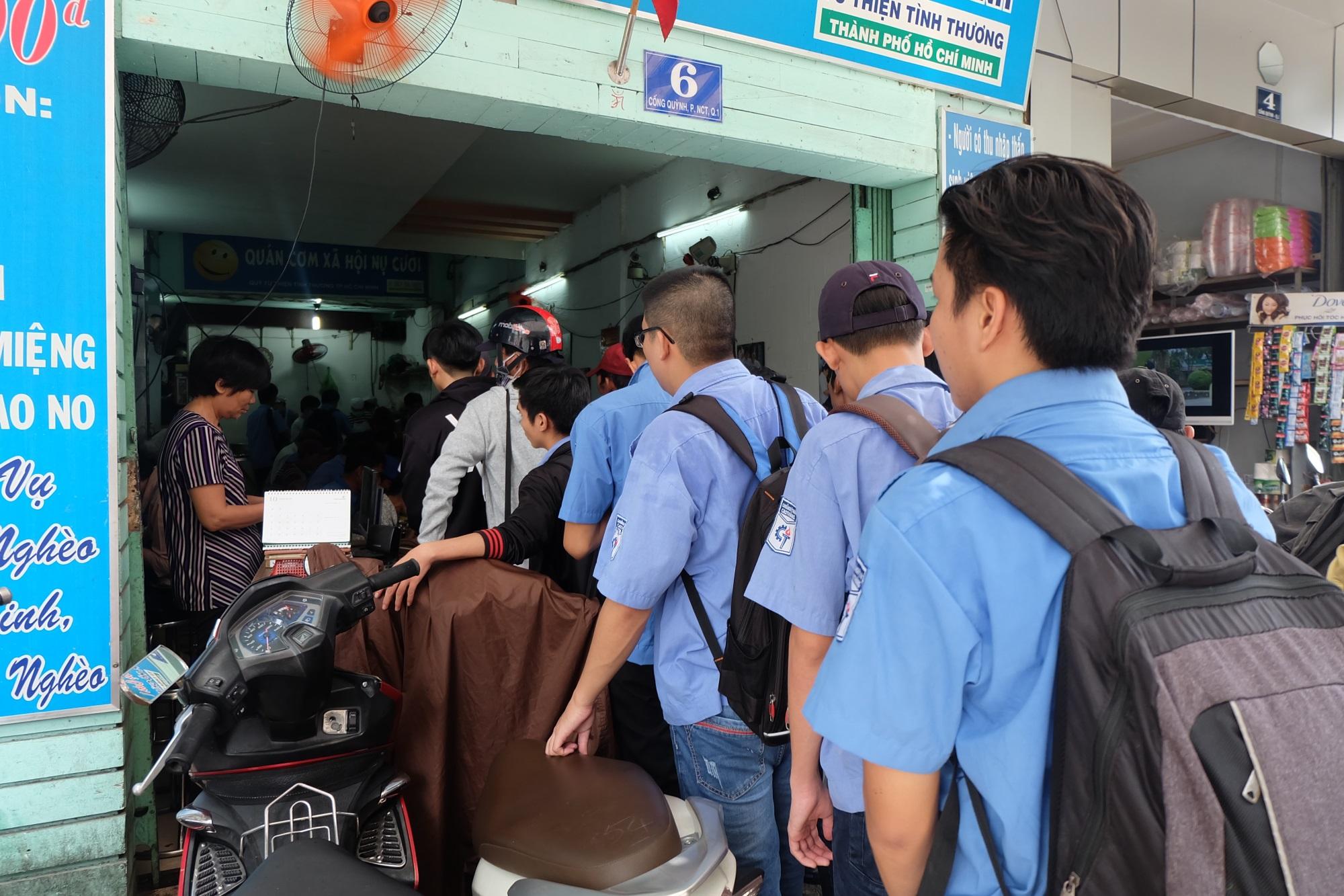 Chủ nhiệm quán cơm 2.000 đồng ở Sài Gòn: 'Sinh viên bất kể giàu nghèo đều được chào đón tại quán của chúng tôi' - Ảnh 4