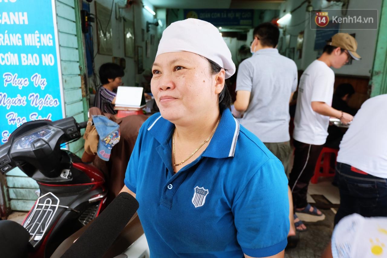 Chủ nhiệm quán cơm 2.000 đồng ở Sài Gòn: 'Sinh viên bất kể giàu nghèo đều được chào đón tại quán của chúng tôi' - Ảnh 6