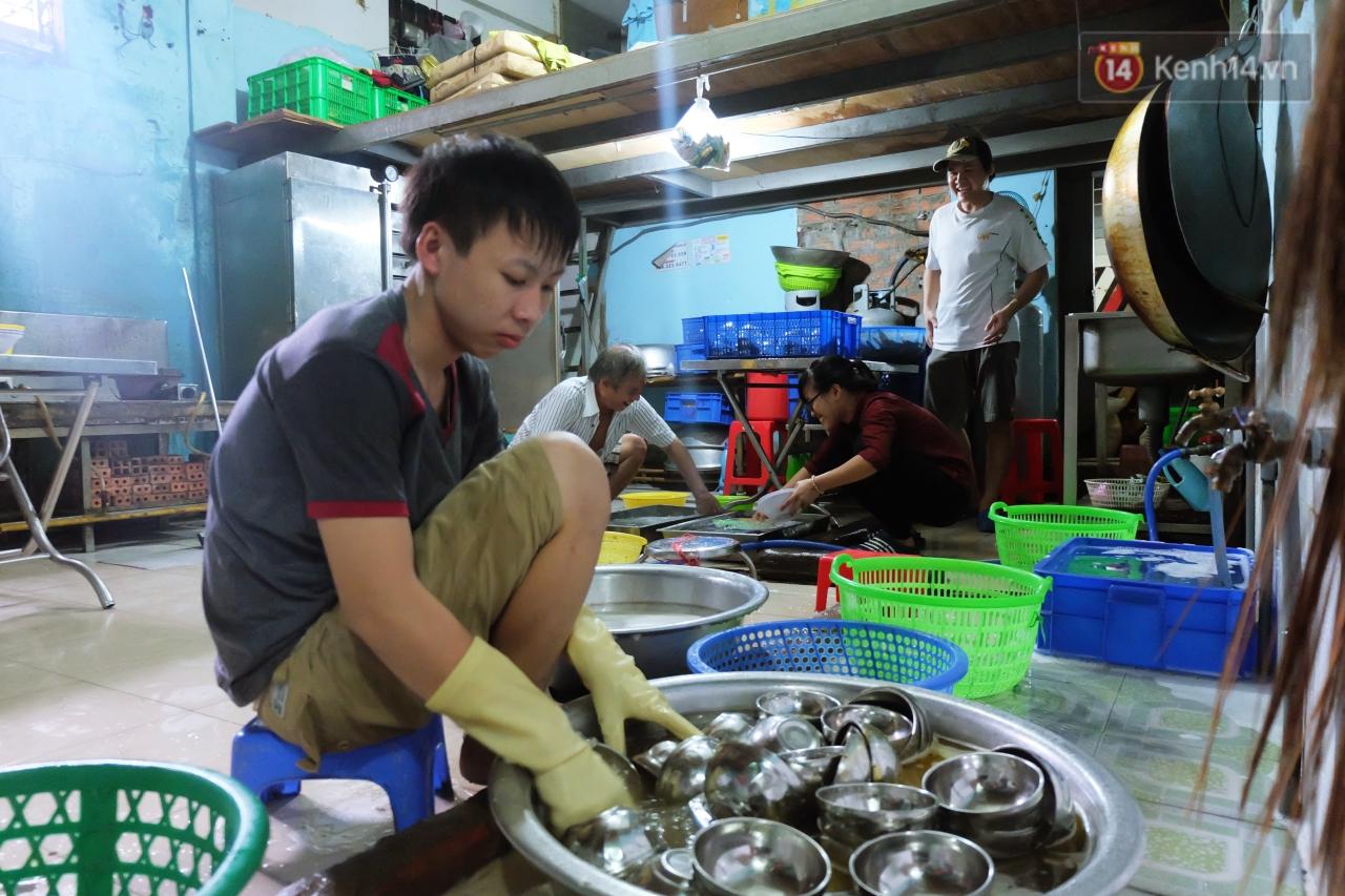Chủ nhiệm quán cơm 2.000 đồng ở Sài Gòn: 'Sinh viên bất kể giàu nghèo đều được chào đón tại quán của chúng tôi' - Ảnh 8