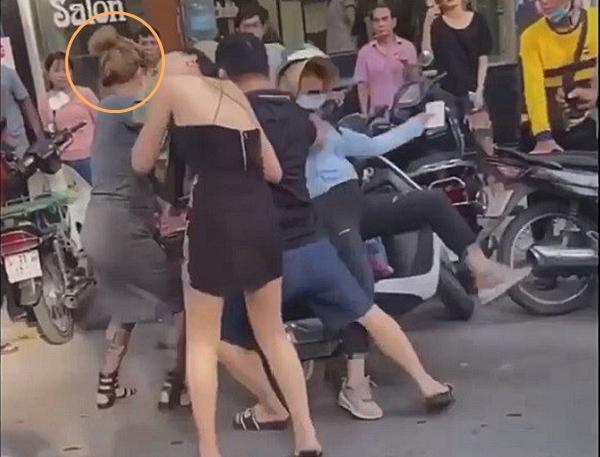 Bà mẹ 3 con với thâm niên 7 năm học võ vô tình nổi tiếng nhờ pha 'đánh ghen hộ' trên phố Lý Nam Đế: 'Về nhà mới thấy tiếc vì mặc váy!' - Ảnh 3